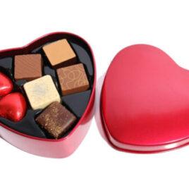 Fyldte chokolader i rød metal hjerte